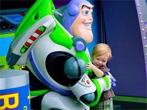 Kind mit Disneyfigur in Disney World