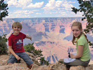 Kinder sitzen am Grand Canyon