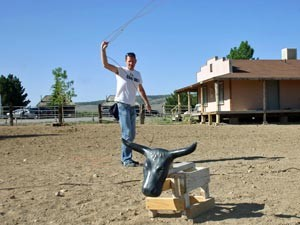 USA Familienreise: Mann wirft Lasso auf der Ranch