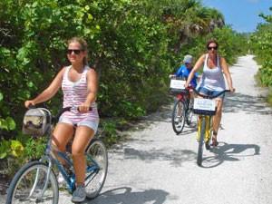 Familie beim Radfahren auf Key West