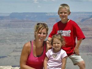 USA Familienreise: Mutter mit Kindern sitzt am Grand Canyon