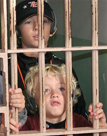 Kinder in Gefängniszelle von Alcatraz