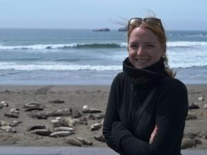 Kalifornien Rundreise: Frau am Strand mit Seelöwen