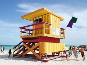 Florida Highlights: Bunter Rettungsturm am Strand von Miami