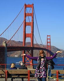 Frau vor Golden Gate Bridge in San Francisco