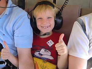 Junge sitz im Hubschrauber über dem Grand Canyon