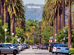 Kalifornien Rundreise: Allee mit Hollywood Schild in Los Angeles