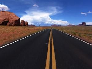 Einsamer Highway in der Wüste der USA