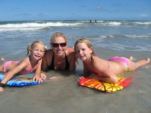Kennedy Space Center: Familie im Meer in Cocoa Beach