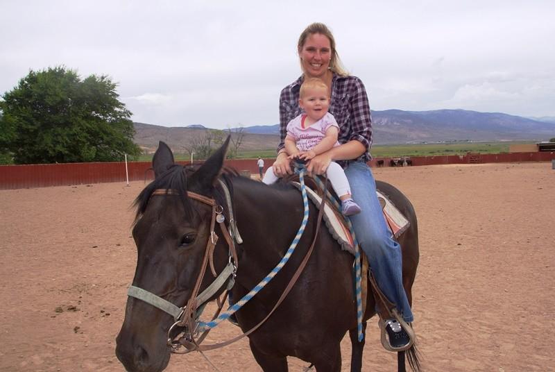 Mutter mit Kind auf einem Pferd