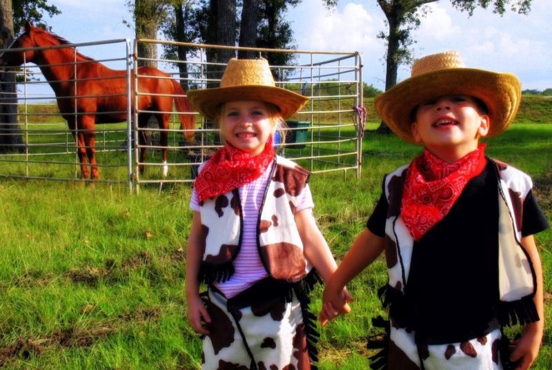 Kinder auf einer Cowboyfarm