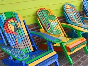 Bunte Stühle auf einer Veranda in Florida