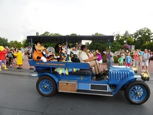 Florida Rundreise mit Kindern: Disneyfiguren in einem Auto in Orlando