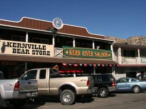 Auto vor kleinen Geschäften in Kernville