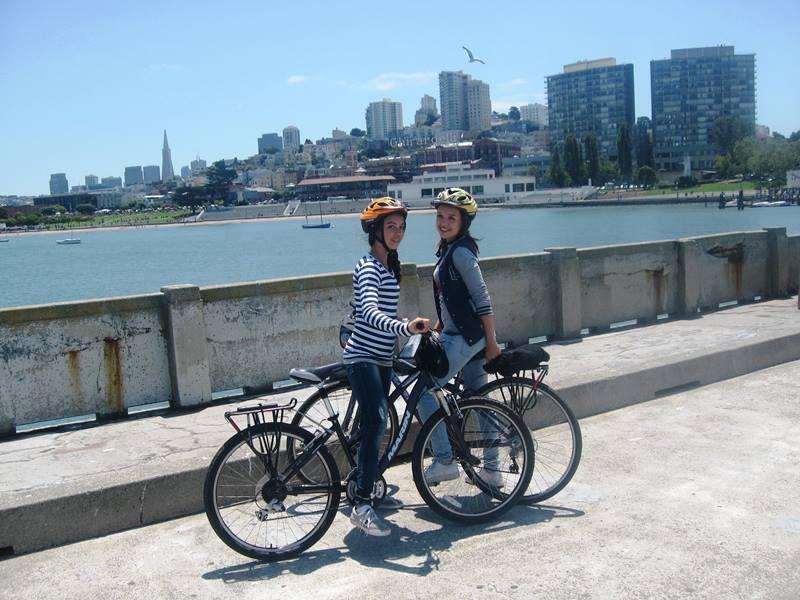 Mädchen stehen auf einer Brücke mit Ihren Fahrrädern