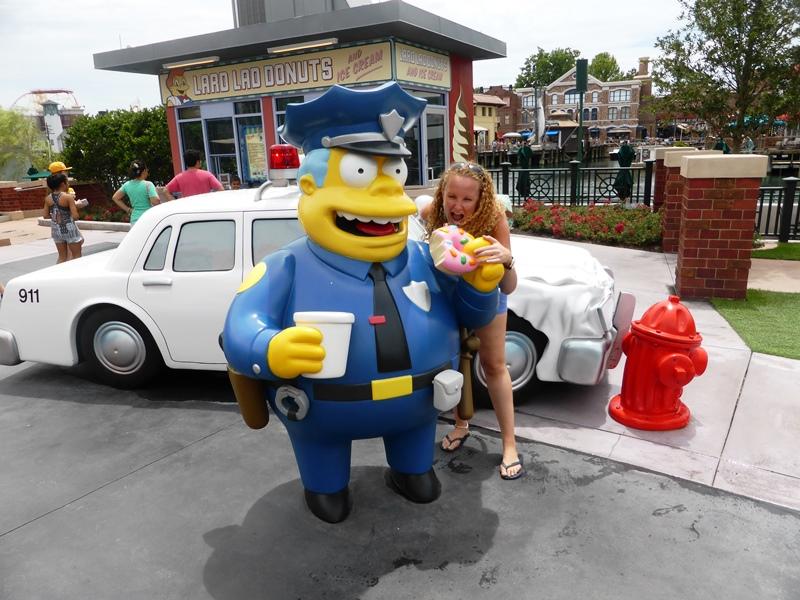 Eine Frau steht neben einer Simpsonsfigur