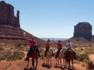 Familie beim Reiten im Monument Valley