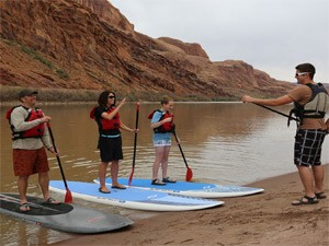 Arches National Park: Familie beim Stand-up Paddeling am Colorado River