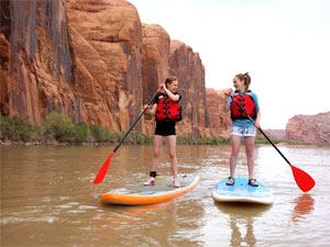 Kinder stehen auf Stand-up Paddeling Boards am Colorado River