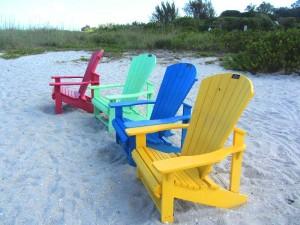 Bunte Stühle und Tische am Strand von Islamorada