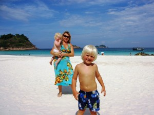 Familie am Strand in Malaysia