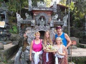 Familie in einer Templeanlage auf Bali