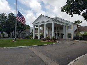 Florida mit Teenagern - Haus mit amerikanischer Flagge