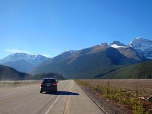 Ein Auto fährt auf dem Icefields Parkway - Rocky Mountains Rundreise