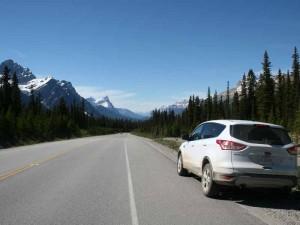 Ein Auto parkt auf dem Icefields Parkway