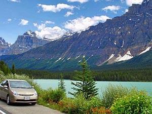 Ein Auto steht vor einem See