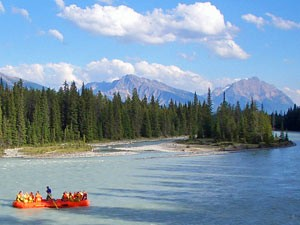 Ein Boot auf einem graublauem See - Kanada Highlights