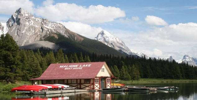 Boote liegen auf einem See in Banff