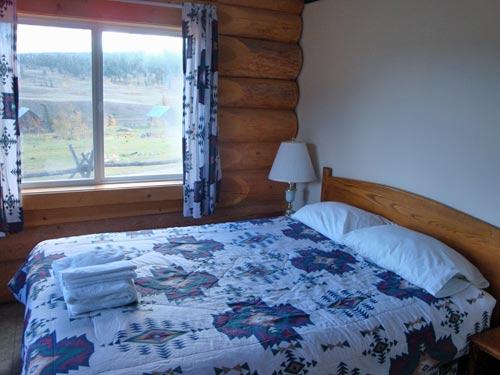 Ein mit Holz eingerichtetes Zimmer