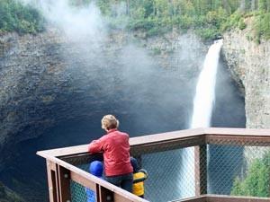 Eine Familie steht an einem Wasserfall