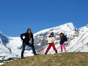 Kinder posieren vor den Bergen Whistlers