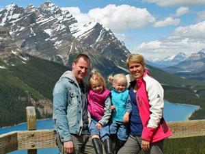 Eine Familie posiert für ein Foto vor einem Berg - Kanada Highlights