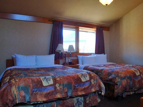 Ein Familienzimmer mit zwei Bett in Banff