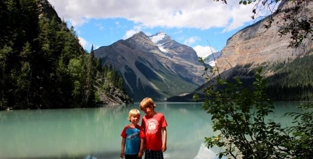 Zwei Kinder vor einem blauen See