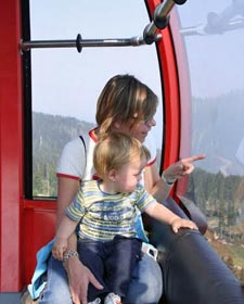 Mutter und Kind in der Peak to Peak Gondola