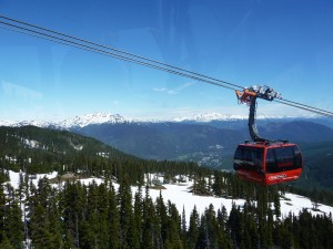 Eine rote Gondel vor schneebedeckten Bergen