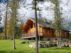 Eine große Holzhütte steht hinter Bäumen