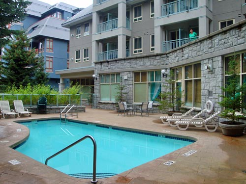 Der Pool eines Hotels in Whistler