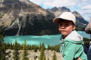 Ein Junge vor einem tief-türkisen See in Banff - Kanada Rundreise mit Kindern