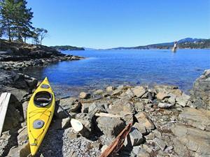 Ein gelbes Kajak an der Fjordküste