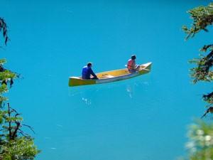 Kanufahrer auf einem blauen See