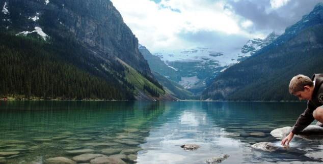 Ein Junge am Fjord in Kanada