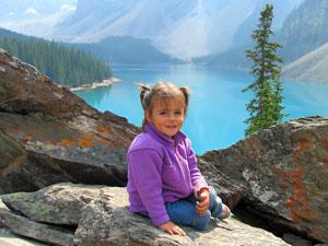 Kanada mit Kindern - Kleines Mädchen in den Bergen über Lake Louise
