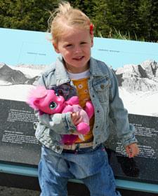 Kleines Mädchen vor einer Ansichtstafel