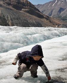 Ein Junge spielt im Eis - Kanada Rundreise mit Kindern
