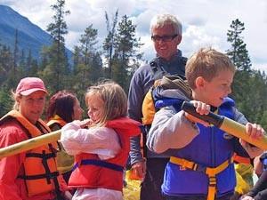 Kinder paddeln auf einem Floß im Jasper Nationalpark